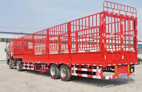半挂高栏,长13米 高1.8米 宽2.3米 载重38吨